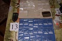 Pervitin a heroin zajištěný při domovních raziích na Českobrodsku.