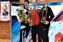 Trenér Marcel Heydušek (uprostřed) s vítězným pohárem.