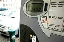 Při ceně parkovného čtyřicet korun za hodinu se radnici podle jejího mínění podařilo, aby náměstí přiměřeně žilo a našlo určitou rovnováhu mezi motoristy a chodci.