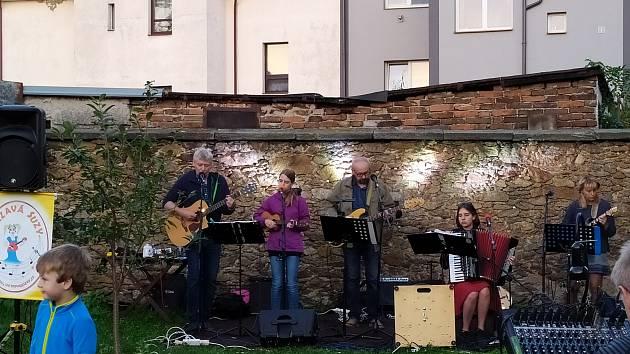 Z koncertu kapely Vrzavá Suzy v zahradě evangelického sboru Pečky