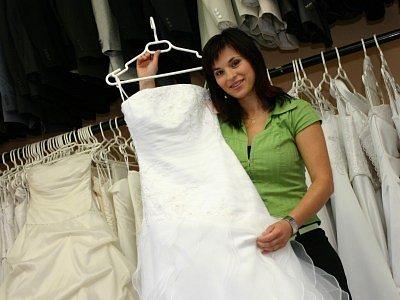 Daniela Bertramová (30 let) po ukončení studia na Středním odborném učilišti poštovním s maturitou pracovala dva roky jako přepážková pracovnice na poště. Svou podnikatelskou činnost zahájila v roce 1997, kdy v Kolíně založila svatební salon Afrodite.