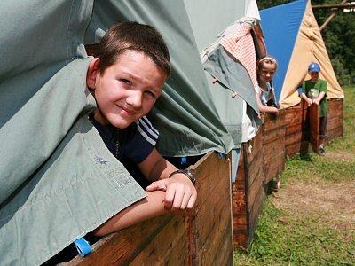 Všichni jsou ubytovaní v klasických táborových stanech s dřevěnou podsadou.