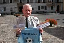 Jiří Holík získal za vítězství v 2. kole tričko, volnou sázenku Fortuny v hodnotě 100,–Kč a poukaz v hodnotě 200,–Kč na bowling v restauraci Siňorita. Cenu za něho převzal jeho otec Vítězslav.