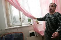 Milan Demeter ukazuje plíseň ve svém bytě.