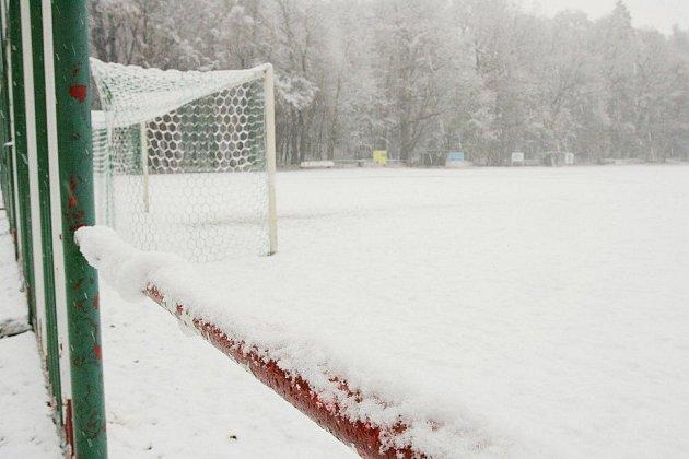 Důvod, proč se o víkendu nehrály fotbaly. N ahřištích ležela velká vrstva sněhu.