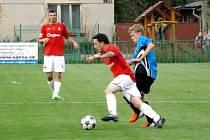 Z derby utkání v I. A třídě Velim - Červené Pečky (1:1).