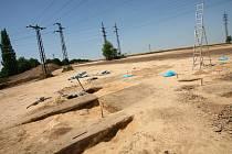 Skrývku pro archeologický průzkum v trase budoucího obchvatu ani tuny vytěžené zeminy nelze přehlédnout poblíž hlavního silničního tahu z Kolína na Prahu a odbočky na Novou Ves I