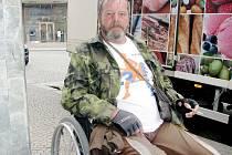 Stanislava Dostála můžete potkat v ulicích Kolína na jeho invalidním vozíku.