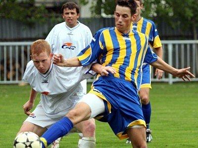 Tento souboj mezi Janem Jíchou (vlevo) a Františkem Kostrounem dopadl nerozhodně. Po zápase byl spokojenější prvně jmenovaný, jehož tým vyhrál 3:1.