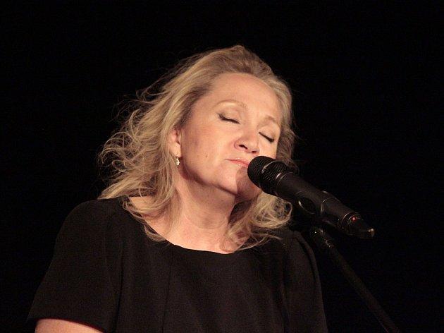 V českobrodském kině zazpívala Bára Basiková.