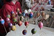 Velikonoční jarmark byl doplněný zdobením kraslic.