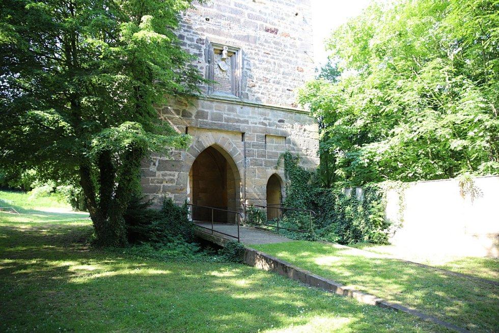 VTuchorazi otevřeli bránu hradu.