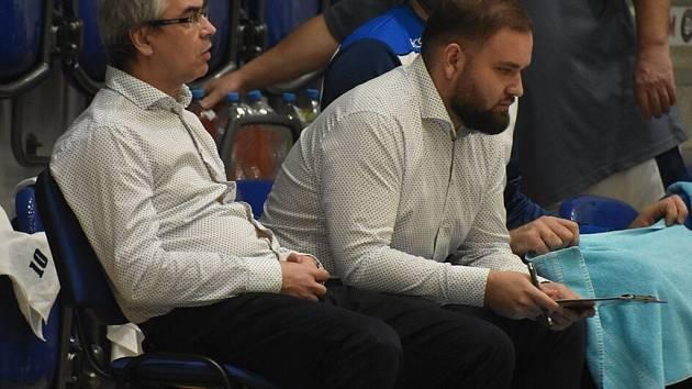 Důležitý článek. Filip Rytina (v košili vpravo) zažívá v roli asistenta trenéra basketbalového týmu BC Kolín skvělou sezonu