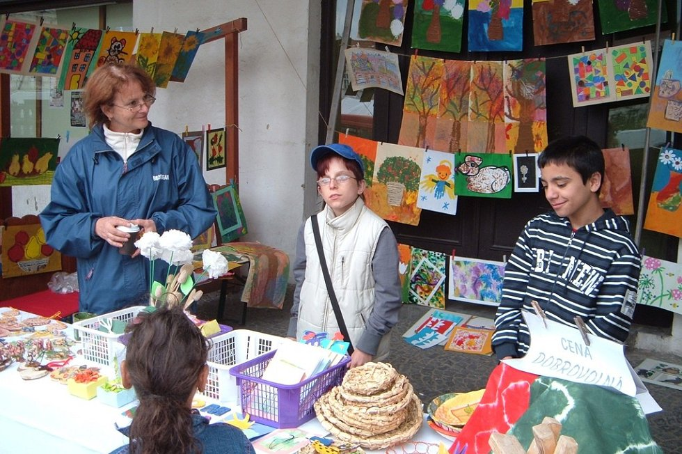 Učitelé a žáci ZŠ a MŠ v Kolíně uspořádali na kolínském náměstí prodejní výstavu svých obrázků a výrobků.