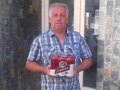 Jaroslav Pačes z Bylan získal karton piv značky Gambrinus.