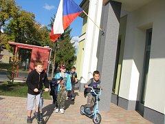 Volby do zastupitelstva kraje na Kolínsku. Nahlédnout dovnitř volební místnosti velmi lákalo i skupinku chlapců, kteří se kolem budovy Enviromentálního centra v Cerhenicích proháněli na koloběžkách.