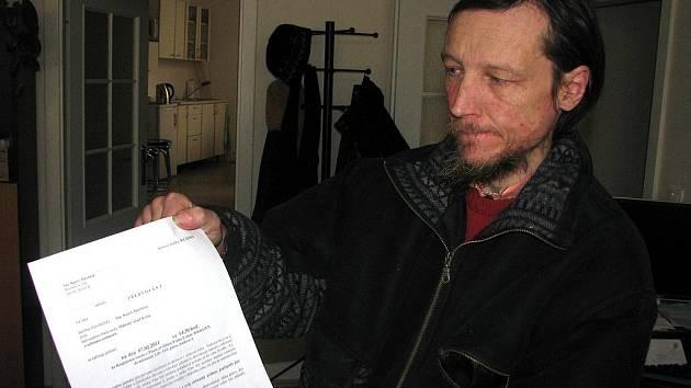 Karel Havlíček s předvoláním ke Krajskému soudu v Praze, kde se bude 7. února konat přelíčení.