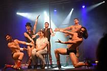 Pánská burleska poprvé zavítala do společenského domu a dvanáct chlapíků v ní rozdovádělo stovku návštěvnic