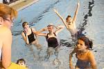 Kondičním plavcům stačí plavky jako výbava. Pokud ale chtějí děti závodit, mohou po rodičích chtít i třeba speciální plavky s karbonem. To se pak může prodražit.