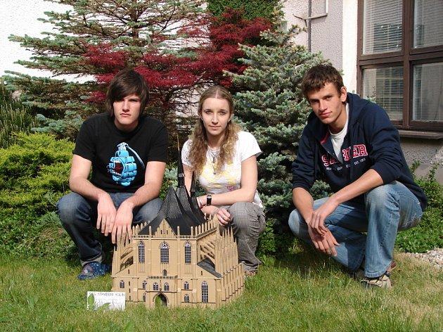 Studenti střední průmyslové školy stavební z Kolína vyrobili chrám z vlnité lepenky