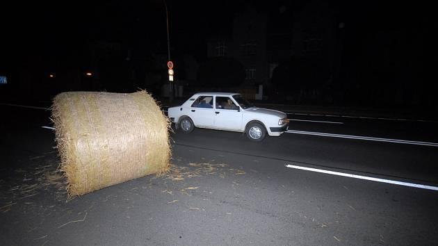 Vandal vhodil balík slámy na silnici v Jaselské ulici v Kolíně