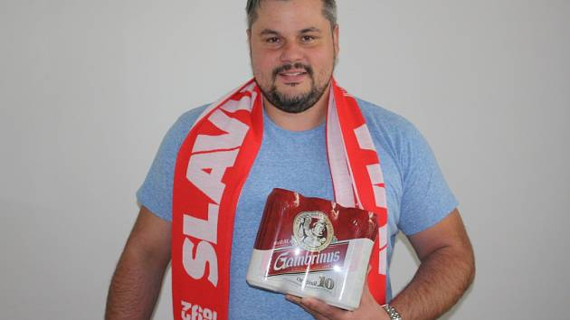 Šesté kolo Tip ligy vyhrál Robert Schovanec. Za své tipy získal karton piv. Cenu za něj převzal kamarád Jiří Adame.