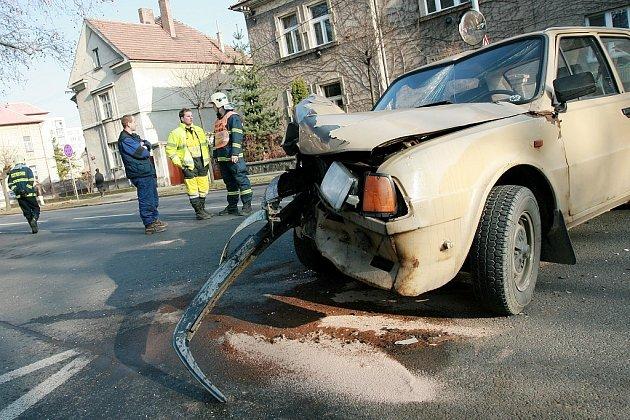 Nehoda na kruhovém objezdu u kolínského gymnazia.