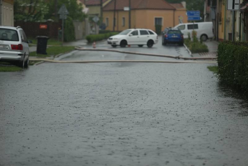 Voda z přelité požární nádrže ve Starém Kolíně zaplavila i hasičskou stanici.
