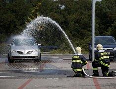 Zásah hasičů u kolínského hypermarketu Tesco.