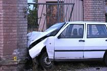 Řidič nezvládl zatáčku a v plné rychlosti narazil do betonové zídky. Liblice 30. září
