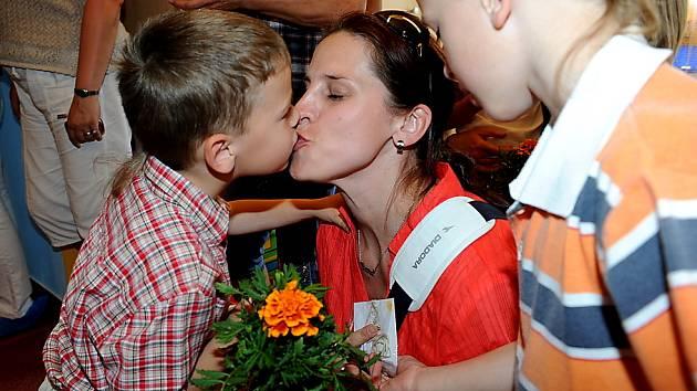 Děti rozdávaly maminkám květiny i písničky a básničky