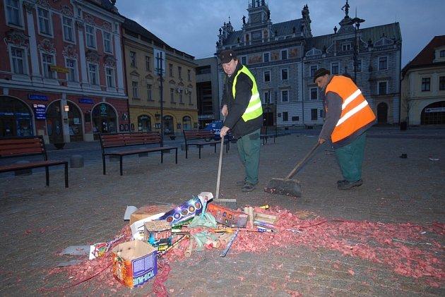 Metaři ručně zametali kolínské náměstí