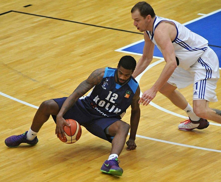Téměř dvoumetrový Američan Christopher Edward McEachin (v tmavém) v Brně přispěl Kolínu sedmi body.