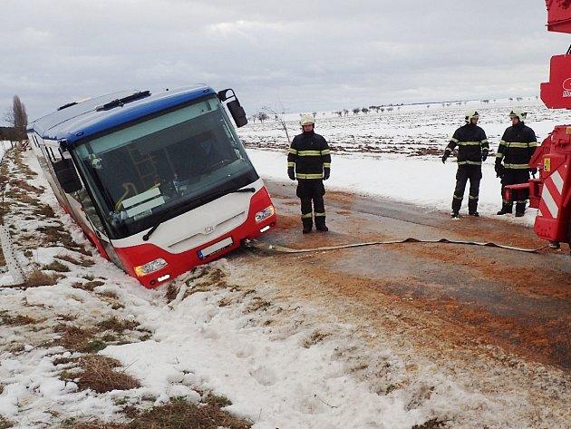 Autobus sjel do příkopu