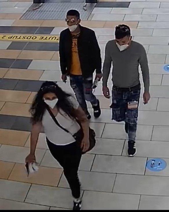 Trojice podezřelá z okradení seniorky ve Sladkovského ulici v Kolíně.