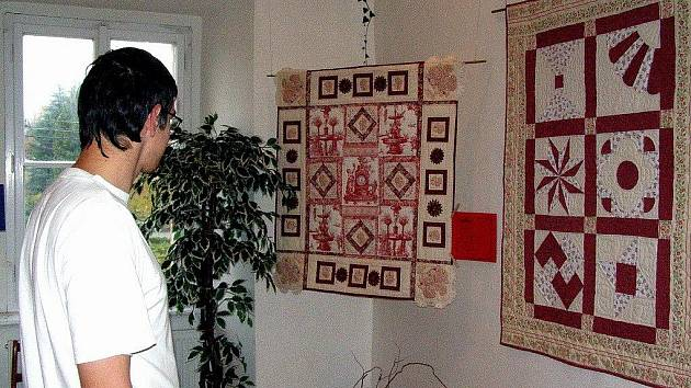 Výstavu patchworku z ateliéru Renaty Stehlinové domůžete prohlédnout v Muzeu hrnčířství v Kostelci nad Černými lesy do konce listopadu.