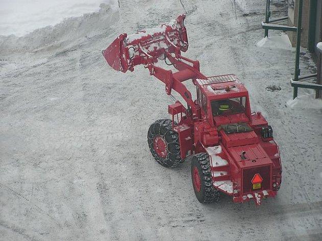 Hasiči odstraňovali sníh z heliportu i ze své stanice