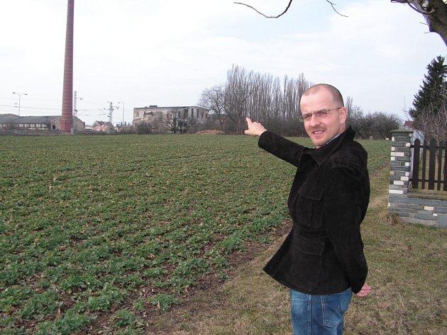 Úřad městyse Cerhenice přijímá žádosti o stavební parcely, které budou v lokalitě Za Dráhou. Radnice je získala bezúplatným převodem od pozemkového fondu a hodlá je nabídnout lidem v podobě deseti stavebních pozemků. Dnes je zde ještě pole.