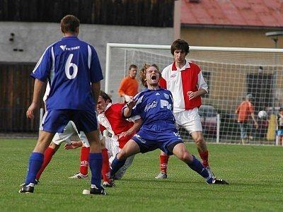 Byla to bitva. Jiří Kohoutek (druhý zleva) a Aleš Sabó (vpravo) bojují o míč.