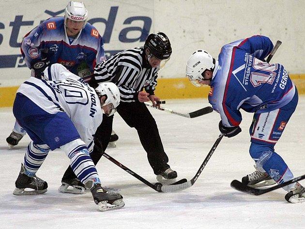 Z utkání druhé hokejové ligy Kolín - Děčín (0:2).
