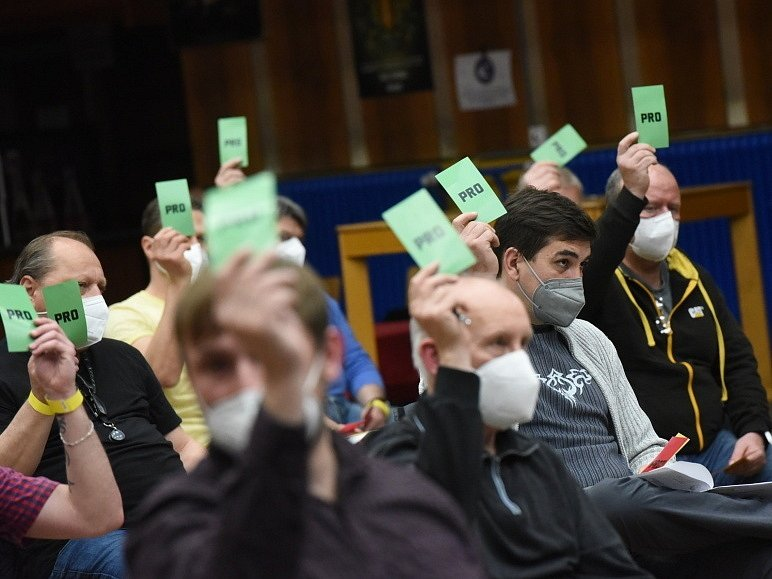 Na valné hromadě v Kolíně se sešlo 49 zástupců klubů. Sedm jich nedorazilo, šest jich nebylo vpuštěno.