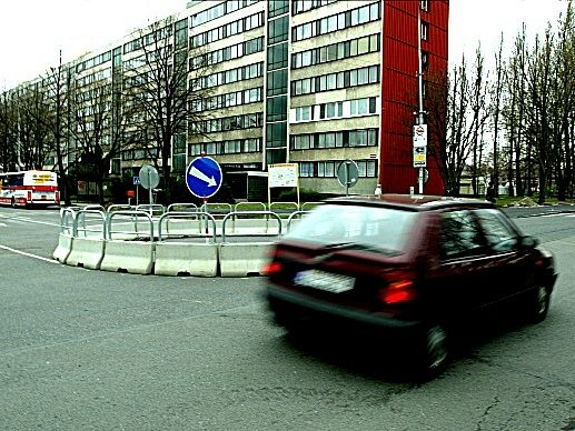 Kruhový objezd v Masarykově ulici v Kolíně.