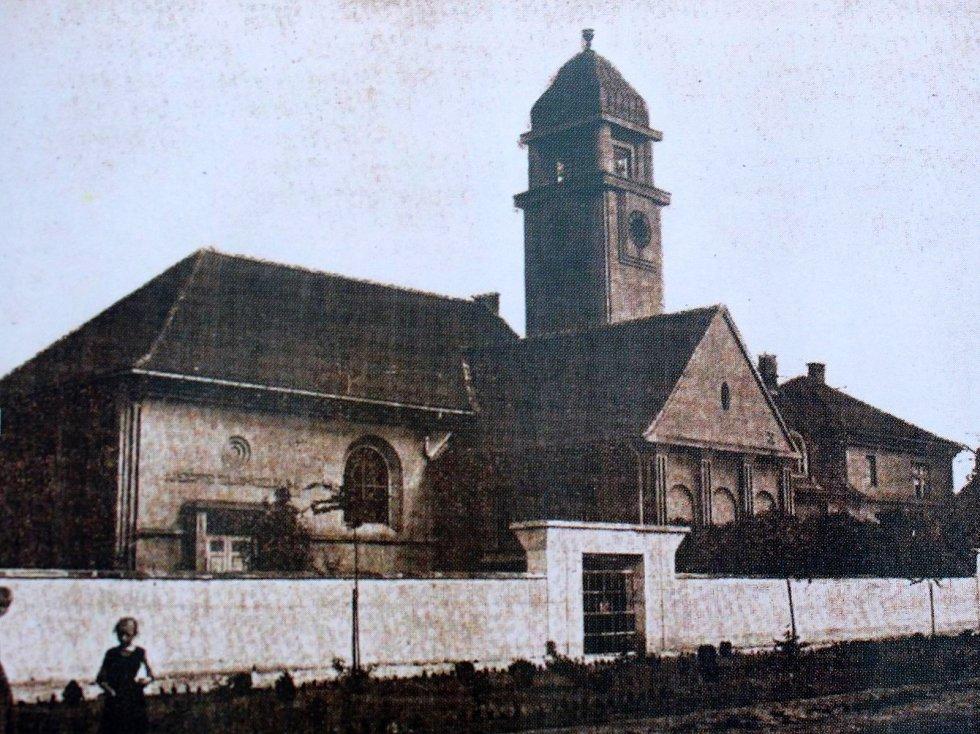 Evangelický kostel na Husově náměstí v Pečkách byl postaven na počátku dvacátého století. Slavnostně byl ale zpřístupněn až po první světové válce.