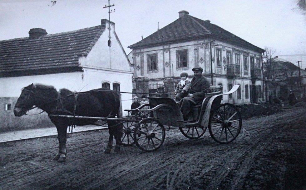 Na fotografii z roku 1910 je k vidění klasická bryčka tažená koněm, která byla populární zejména v 19. století.