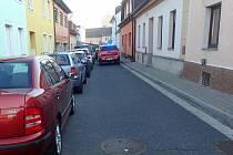 Průjezd ulicí Na Haldě.