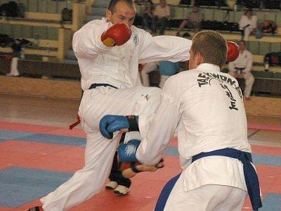 Úspěšní kolínští taekwondisté David Sikáček (vlevo) a Martin Konrád v akci.