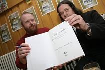 Autoři knihy Michal Plavec (vlevo) a Ladislav Jouza.