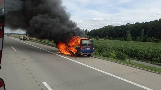Požár dodávky ve čtvrtek odpoledne likvidovali hasiči na dálnici D11 na Kolínsku.