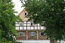 Hrázděný dům z Jílového dostává někdejší podobu