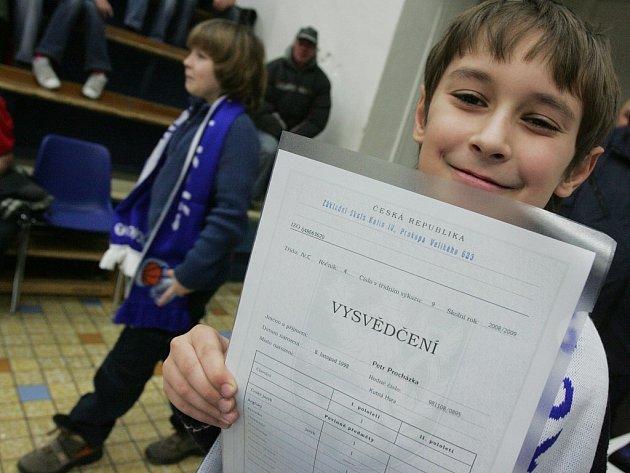 Desetiletý Kolíňák Péťa Procházka dostal od BC Kolín při utkání proti Ostravě (94:75) za pěkné vysvědčení dárek. Vybral si šálu.